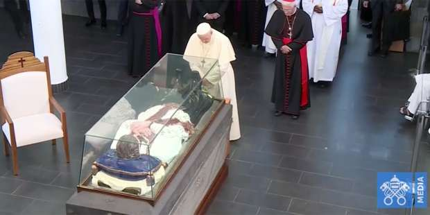 In Mauritius, Pope Francis stops to pray at tomb of another apostle to peoples who suffered slavery