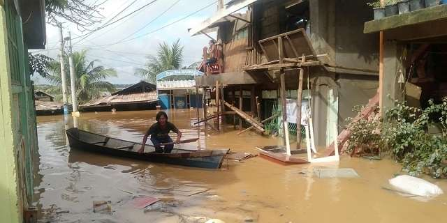 Record-breaking floods in Philippines displace thousands