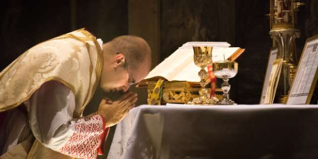 5 Gestures of the priest at Mass and their meaning