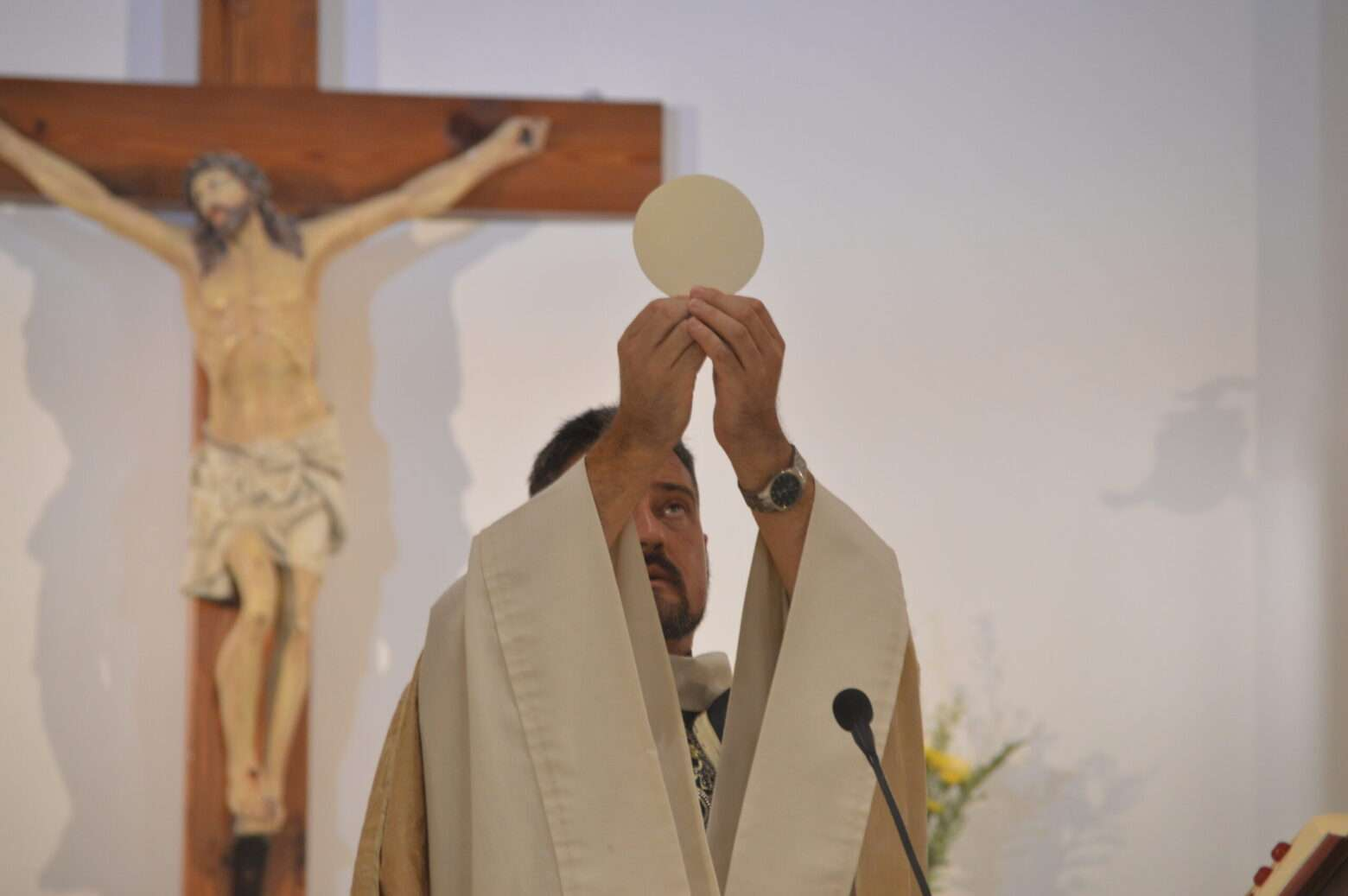 Video: Eucharistic host bleeding and pulsating like a heart on fire